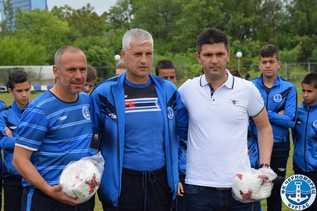 Ангел Стойков връчи подаръци от БФС за школата на Черноморец